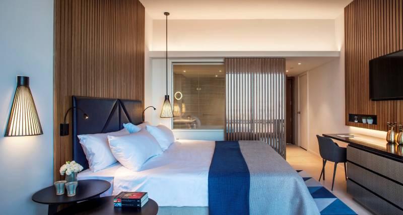 מלון דן אכדיה עץ וצבעי ים בחדרי המשופצים | צילום: יואב גורין